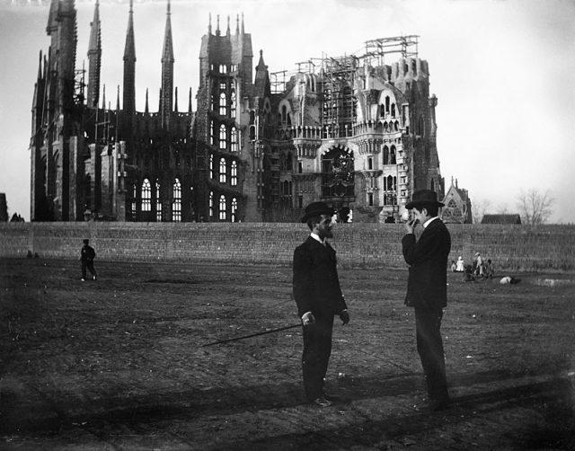 Sagrada Familia under construction in 1905