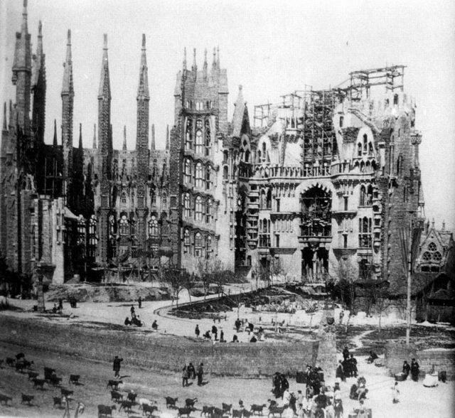 Sagrada Familia under construction in 1915